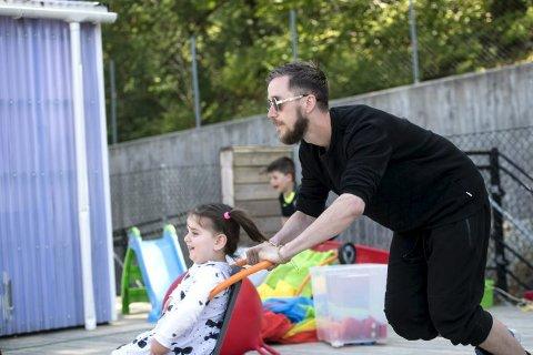 Tidlig innsats: Olve Småmo har aldri angret på at han ble barnehagelærer. – Jeg håper flere menn vil få øyene opp for yrket, sier han.
