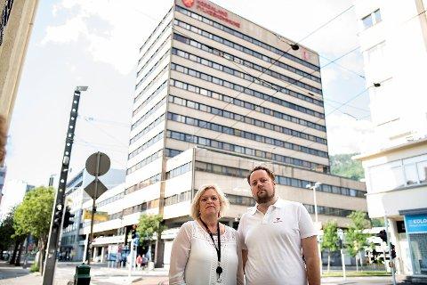 De ansatte reagerer på at fylkesadministrasjonen kan bli flyttet til Sandsli i de tre årene det vil ta å renovere fylkesbygget. Fra v: Dagmar Reutz Hillestad og Marius Kjørmo.
