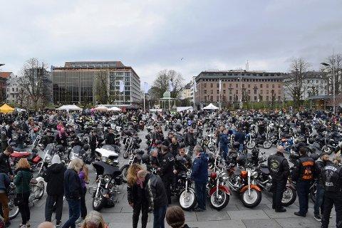 Cirka 800 deltok på MC-vårmønstringen på Festplassen søndag.