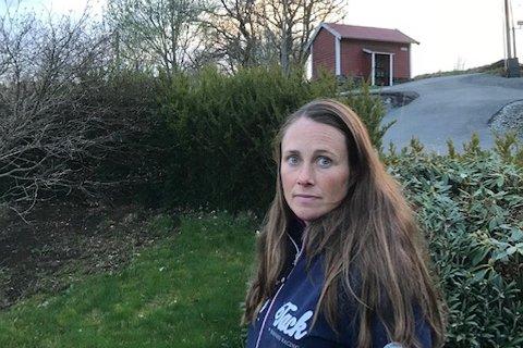 Hesteeier Ina Holmedal Solheim er oppgitt over hundeeiere som ikke holder hundene sine i bånd.