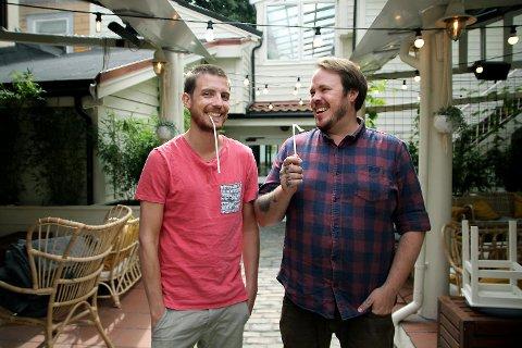 Jan Thomas Monclair og Simon Theodor Selvik er to av eierne i Bargruppen. De har byttet ut alle plastsugerør med sugerør av maisstivelse på samtlige av sine ni barer.