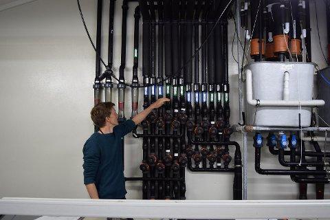 Sindre Grimen håndterer tappesystemet. Vannkvalitet er avgjørende viktig. FOTO: SVEIN TORE HAVRE