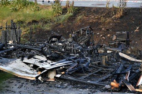 Dette bildet viser den utbrente Lamborghinien. Bilen som kostet 1,2 millioner kroner, har blitt til aske.