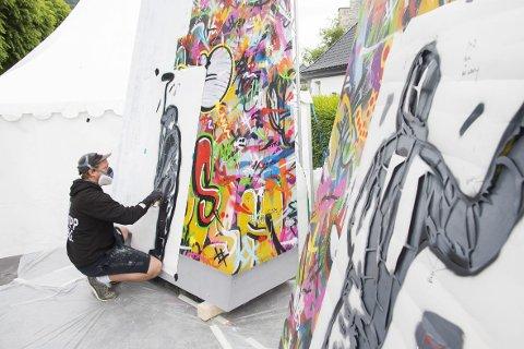 Martin Whatson jobber på med den første delen av prosjektet til Greg Muter og Bergenfest. I løpet av de neste syv årene skal forskjellige kunstnere dekorere to fire meter høye vegger som skal være med på å prege festivalområdet på Koengen.