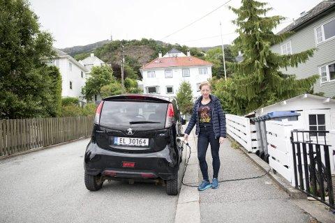 Kristine Myklebust  ante ikke at hun gjorde noe ulovlig da hun ladet elbilen med ledningen trukket over fortauet.