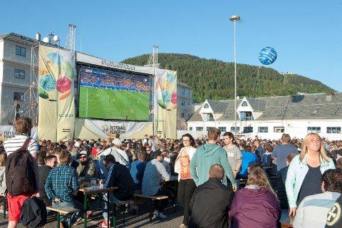 Under Fotball-EM 2016 fikk Fotballfeber 60.000 besøkende til storskjermen på Tollbodallmenningen. I år skal de vise VM, men på grunn av været kan de ikke starte som planlagt.