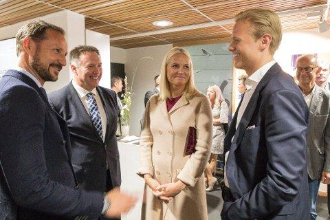 Kronprinsparet lot seg imponere av gründer Tore Stokke da de besøkte Nordhordland torsdag.