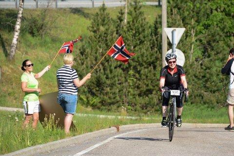 Det var god stemning ved Trengereid da syklistene passerte der i 1000-tiden lørdag formiddag.