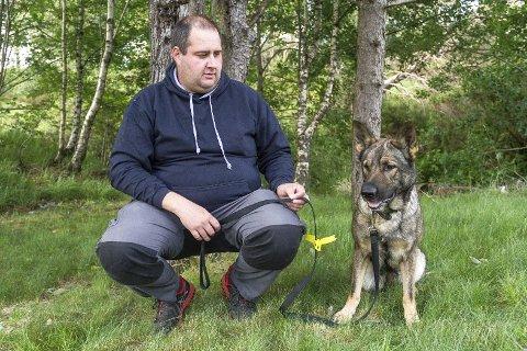 ADVARSEL: – Når en hund har en gul sløyfe på båndet betyr det kort fortalt at man ikke skal nærme seg hunden, sier Vidar Straumøy. Foto: Irene Bratteng Fossheim