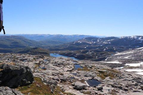Når det er slike forhold og sånt vær høyt til fjells velger flere og flere å bruke fjellområdene i våre nærområder. Her fra Liabukken på 1148 meters høyde i Bergsdalen sist fredag formiddag. (Foto: JOAKIM HJERTHOLM)