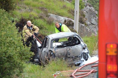 Brannvesenet på stedet etter at bilbrannen var slukket.