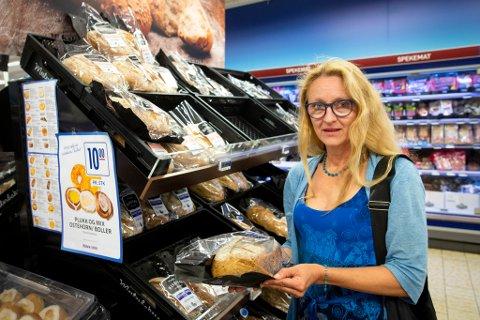 IRRITERT: Tina Skudal i Bir irriterer seg over brødposane som er merka som papiravfall, men eigentleg er restavfall.