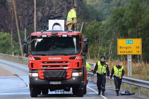 Brannvesenet og politiet driv opprydings- og åstadsarbeid i 07.15-tida. Brannvesenet har spylt vegbana grunna oljesøl.