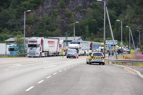 Veien var stengt frem til 0735. Det var lokal omkjøring, men denne veien er ikke egnet for tungtrafikk. Dermed ble flere vogntog stående ved Camillas Kro før veien åpnet igjen.