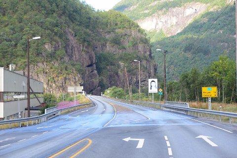 Ulykken skjedde i dette området, cirka 100 meter forbi Camillas Kro mot Bergen. Brannvesenet har spylt veibanen for oljesøl.