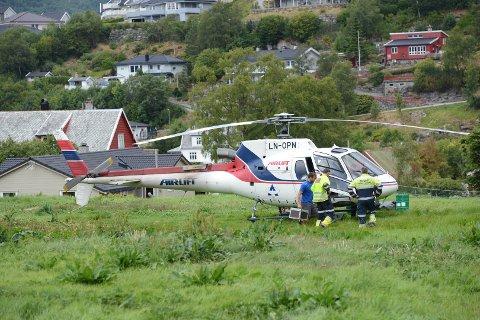 Brannvesenet håper at helikopteret skal bidra til å få brannen under kontroll.