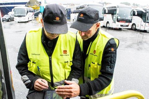 Her er inspektørene Roald Berentsen (t.v.) og Terje Bødtker i Statens vegvesen på utekontroll på Skolten i Bergen.