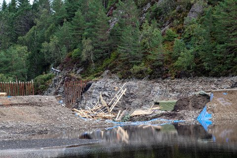 Vannet herjet da demningen i Munkebotsvatnet brast onsdag kveld. Bygningsmaterialer og trær lå om hverandre.