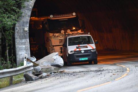 En stor steinblokk ligger fortsatt i veibanen.