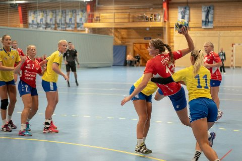 Andrea Solstad i skuddet. Hun ble kåret til Fanas beste da de slo Fyllingen 46-24 i cupen.