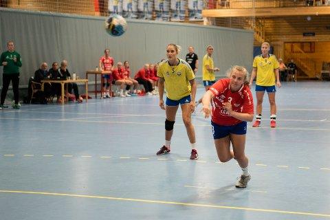 Christine Karlsen Alver scoret åtte mål mot Fyllingen og Martine Rønning (nr. 5). Fem av målene scoret Alver på straffe.