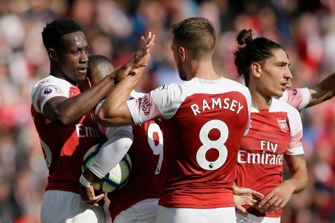 Danny Welbeck scoret Arsenals tredje og siste mål i 3-1 seieren mot West Ham i siste hjemmekamp på Emirates. Her gratuleres han av  Alexandre Lacazette og Lucas Torreira. Foto: David Klein (Reuters)  (AP Photo/Tim Ireland)