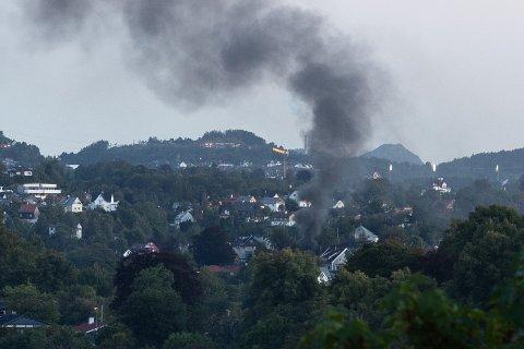 Det kom mye røyk da det begynte å brenne fredag kveld.