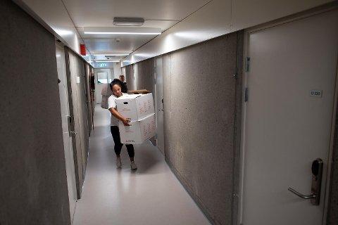Onsdag i forrige uke flyttet Maria Fossøy inn i 2. etasje i høyblokken på Fantoft. Hun er en av sde omlag 6000 studentene som har fått seg plass i en av Studentsamskipnadens 6000 studentboliger.