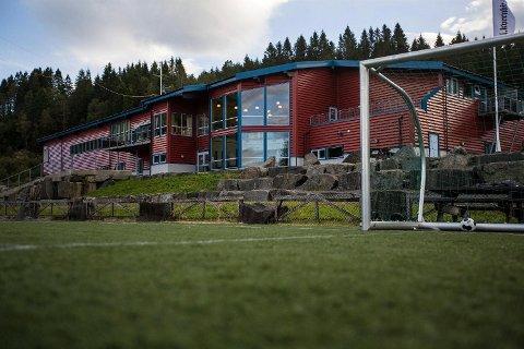To personer ble sendt til Haukeland med bruddskader etter at de skal ha blitt angrepet på treningssenteret Meland Aktiv søndag ettermiddag.