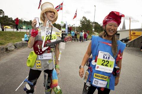 Utkledning: Hilde Eriksen og Torunn Johannessen fra Juvikstølen barnehage stilte i stafetten under lagnavnet «Produktplassering».