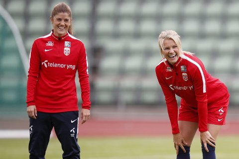 Ada Hegerberg (t.h.) har slettet landslagskaptein Maren Mjelde som venn på Facebook.