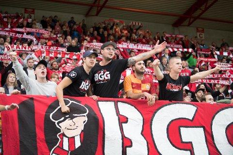 Brann-supporterne som hadde planlagt å dra på bortekampen mot Tromsø med flyselskapet Widerøe får booket om billettene sine gratis. (Arkivfoto: Arne Ristesund)