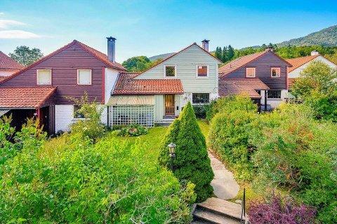 Det er estimert at boligen bør pusses opp for opptil to millioner kroner.