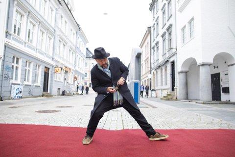 Den islandske filmregissøren, Benedikt Erlingsson tar bilder av foten sin på den røde løperen hver gang han har muligheten. Det har gitt han en liten kolleksjon med morsomme bilder.