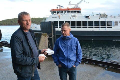 Henning Hellen (t.v.) og Gisle Oddvar Eide er sjokkerte over kontrollørene som bøtela dem rett etter at båten var lagt fra land på Leirvik.