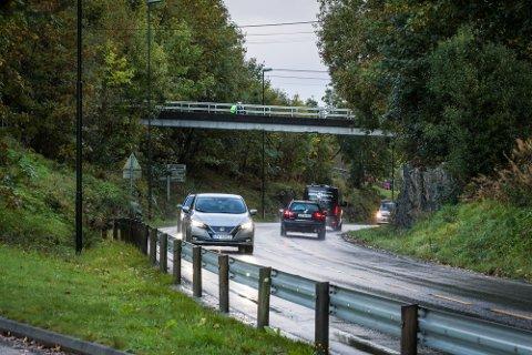 Onsdag skal barn ha kastet stein på bil som kom kjørende på Rosslandsvegen, like ved Sagstad skule på Frekhaug.