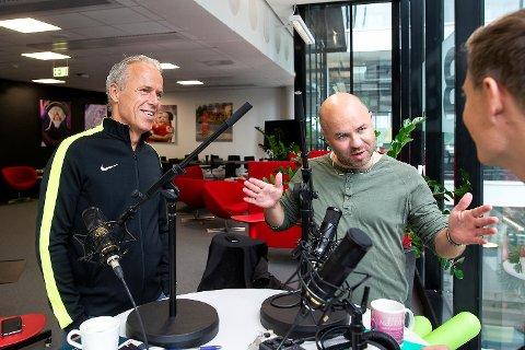 Kolstad tegner og forklarer, Lundsør hører selvsagt nøye etter – mens Rune Soltvedt bare gliser: Velkommen til Fotballpreik!