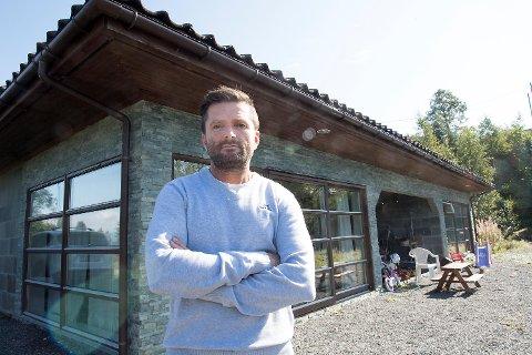 Rune Samuelsen og samboeren kjøpte et hus på Tyssøy i 2015 som viste seg å ha alvorlige feil. Nå har lagmannsretten gitt dem medhold i å heve kjøpet.