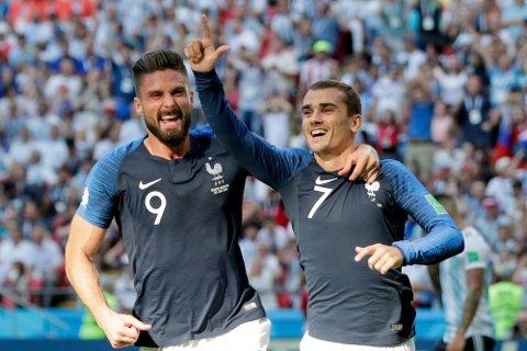 Antoine Griezmann (t.h.) og Olivier Giroudjubler etter at førstnevnte scoret mot Argentina i VM. Torsdag skal Frankrike møte Tyskland i Nations League i München.  (AP Photo/Ricardo Mazalan)