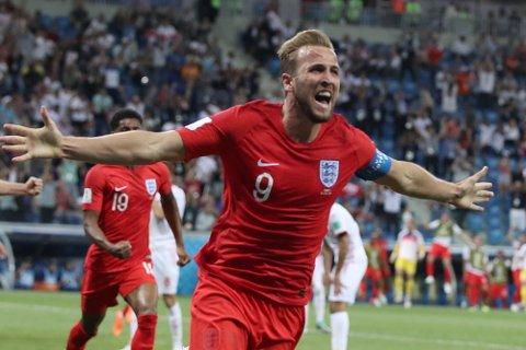 England og Harry Kane jubler etter scoringen mot Tunisia i VM. Toppscoreren i VM kan lage trøbbel for et spansk lag som har startet på et generasjonsskifte.  (AP Photo/Thanassis Stavrakis)
