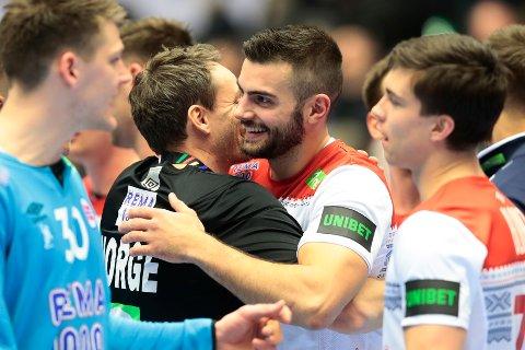 Eivind Tangen og Norges trener Christian Berge jubler etter seieren mot Tunisia i fredagens åpningskamp. Foto: Lise Åserud / NTB scanpix