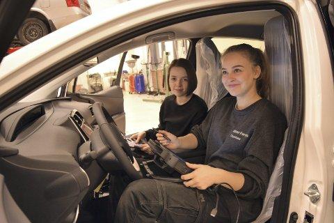 Malin Mjelde (t.v.) og Malin Gjellestad (begge 17 år) undersøker den splitter nye Toyota Priusen. Bilen er både hybrid, ladbar og går på solceller.