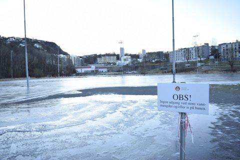 Kommunen besluttet i høst å ta vannprøver av «innsjøen» som dannet seg på Slettebakken. Resultatene var oppløftende. Nå har det lagt seg et tynt lag med is over dammen.