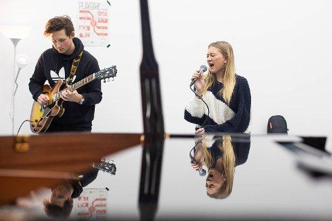 Rowan Flack øver foran konserten på fredag. Til høyre er gitarist Simen Walle.