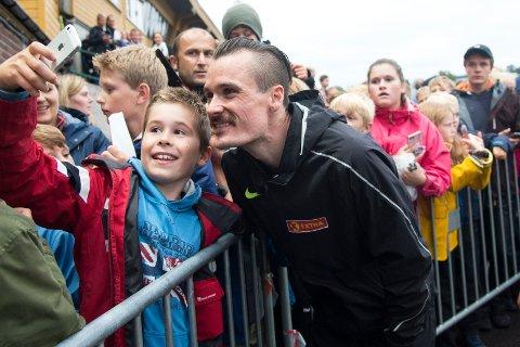 Jakob Hope (10) sikret seg en selfie med Henrik Ingebrigtsen under Trond Mohn Games på Fana stadion 22. august.