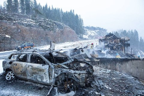 Natt til første nyttårsdag fikk brannvesenet melding om brann i et leilighetskompleks på Tråstølen. Seks leiligheter og to biler ble totalskadet i brannen.