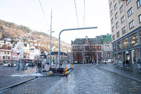 Bompenge-galgen, også kalt portalen, er på plass på Strandkaien. Men elektroniske innkrevingsutstyret må bergenserne vente på.