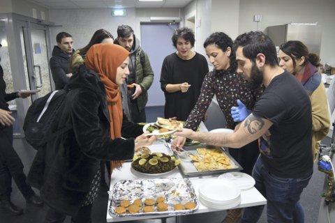 Mange tok turen for å smake på maten som ble servert på Bergen Katedralskole onsdag.
