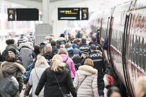 Grunnet ødeleggelser og ordensforstyrrelser i 2017, blir i år politiet med på russetur til Geilo. – Det skal være kjekt for alle reisende på toget, sier Bente Liland, leder for kriminalforebyggende avsnitt ved Vest politidistrikt.