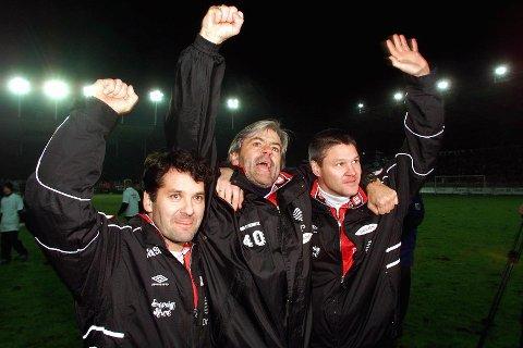 Tor Thodesen (t.v.), Teitur Thordason og Mons Ivar Mjelde jubler etter å ha vunnet mot Sandefjord i nedrykkskvaliken i 2002.  Foto: Bjørn Erik Larsen / SCANPIX